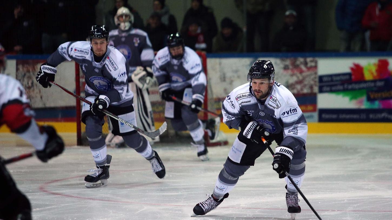 Michal Plichta (rechts) würde gerne noch für die Ice Dogs spielen, darf aber nicht mehr: Der Verein wird seine zwei Ausländerstellen in der Mannschaft ohne ihn besetzen.