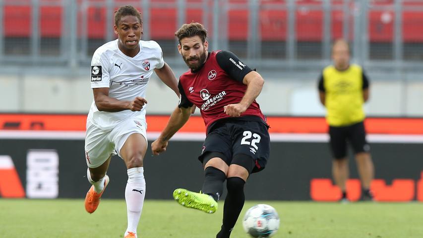 Das Spiel verläuft weiterhin relativ einseitig, der FCI bekommt offensiv kaum etwas zustande. Ingolstadt wechselt schon nach einer halben Stunde verletzungsbedingt und wird direkt etwas gefährlicher. Der Club wackelt beim Eindringen der Schanzer in den Strafraum etwas, kann die Situation aber entschärfen.