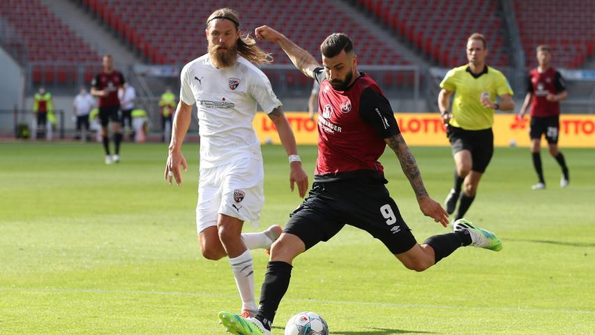 Ingolstadt kommt etwas stärker aus der Halbzeit und drückt den Club erstmals für mehrere Minuten in die eigene Hälfte. Doch der FCN fängt sich wieder und Ishak fasst sich aus 30 Metern ein Herz, Knaller aber kratzt den Ball aus dem Winkel.