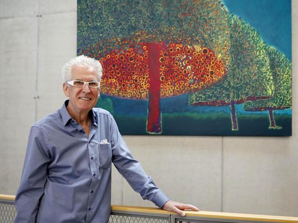 """Günter Paule, längst ein """"Kunstpreis-Veteran"""", erhielt diesmal den 3. Preis. Mit der Flex hat er seine glühenden """"Hauben"""" virtuos aus unzähligen Farbschichten herausgefräst."""