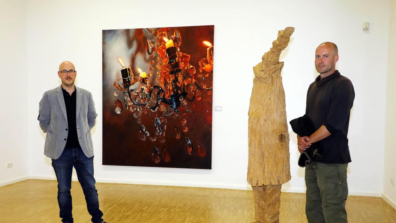 """Beide sind zum ersten Mal in der Ausstellung zum """"Kunstpreis der Nürnberger Nachrichten"""" vertreten – und räumten auf Anhieb die Hauptauszeichnungen ab: Johannes Vetter (links) erhielt für sein Gemälde """"Beben"""" den 2. Preis, Stefan Schindlers """"Prophet"""" aus Eichenholz (rechts) gewann sogar den 1. Preis."""