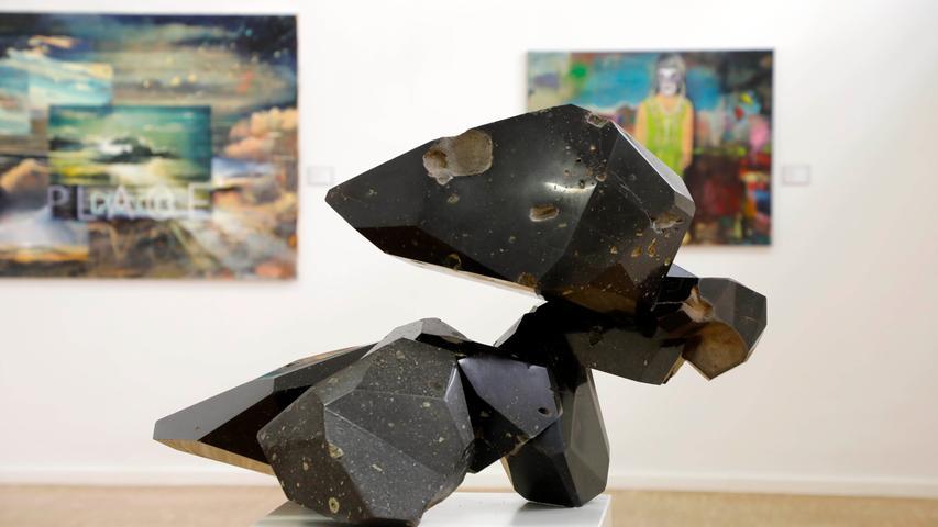 Klein, aber fein ist in diesem Jahr die Auswahl an bildhauerischen Arbeiten. Die tiefschwarze, glänzende Basaltskulptur mit ihrer aufgebrochenen Form statt von Christian Ruckdeschel.