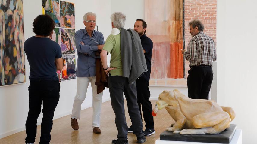 Künstlertreffen zwischen facettenreicher Kunst: Links Christine Nikols sechsteilige Arbeit