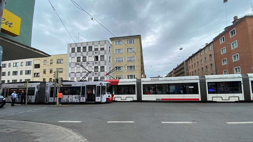 In Nürnberg kollidierten am Mittwoch (08.07.2020) zwei Straßenbahnen an der Kreuzung Landgrabenstraße und Gibitzenhofstraße miteinander. Laut ersten Informationen der Polizei haben sich die beiden Bahnen bei dem Zusammenstoß ineinander verkeilt. Die VAG hat bereits schweres Gerät angefordert, um die Straßenbahnen wieder auseinander zu ziehen. Glücklicherweise wurde niemand verletzt. Die Kreuzung ist derzeit gesperrt. Foto: NEWS5 / Bauernfeind Weitere Informationen... https://www.news5.de/news/news/read/18272