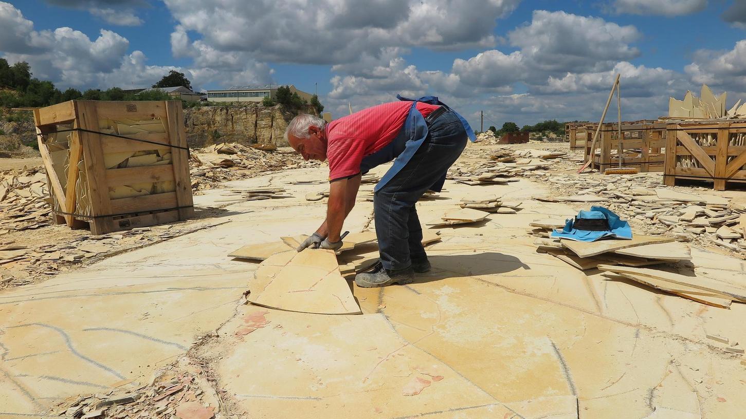 Im großen SSG-Steinbruch in der Langenaltheimer Haardt werden die von der Natur geschaffenen Kalksteinplatten nach wie vor fast vollständig von Hand gebrochen – wie schon zu Zeiten der Römer, die ihre Bäder mit dem Material auskleideten. Für den Einsatz von Maschinen sind die dünnen Lagen zu empfindlich. Die sogenannten Hackstockmeister sind meist Kleinselbstständige, die die Abbauflächen gepachtet haben und den Stein an die SSG verkaufen.