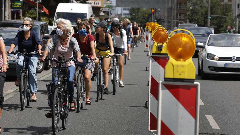 In der Bayreuther Straße wurde bei der Fahrraddemo des VCD eine Spur zwischen Rennweg und Rathenauplatz für eine Stunde in eine geschützte Pop-Up-Radspur verwandelt.