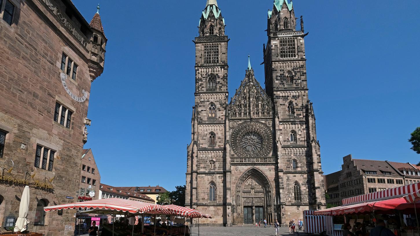 Vor der Lorenzkirche wird es bald grün - zumindest temporär.