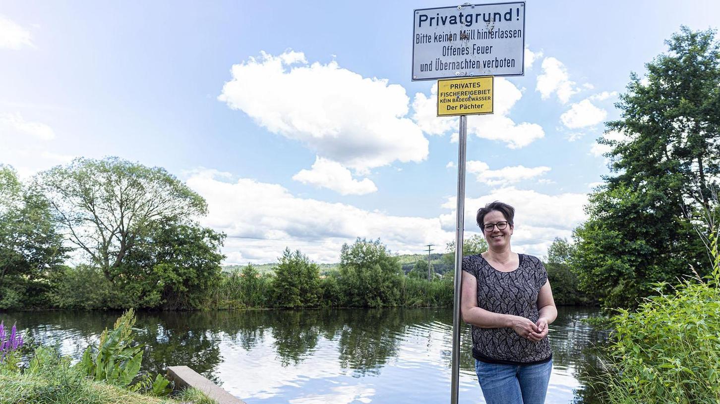Doris Reck-Hartmann, Chefin der Fischküche Reck in Möhrendorf-Oberndorf, ärgert sich über Badetouristen am privaten Fischweiher der Familie.