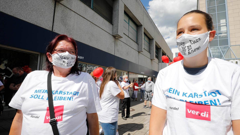 Die Mitarbeiter demonstrierten gegen dieSchließung der Karstadt Filiale.