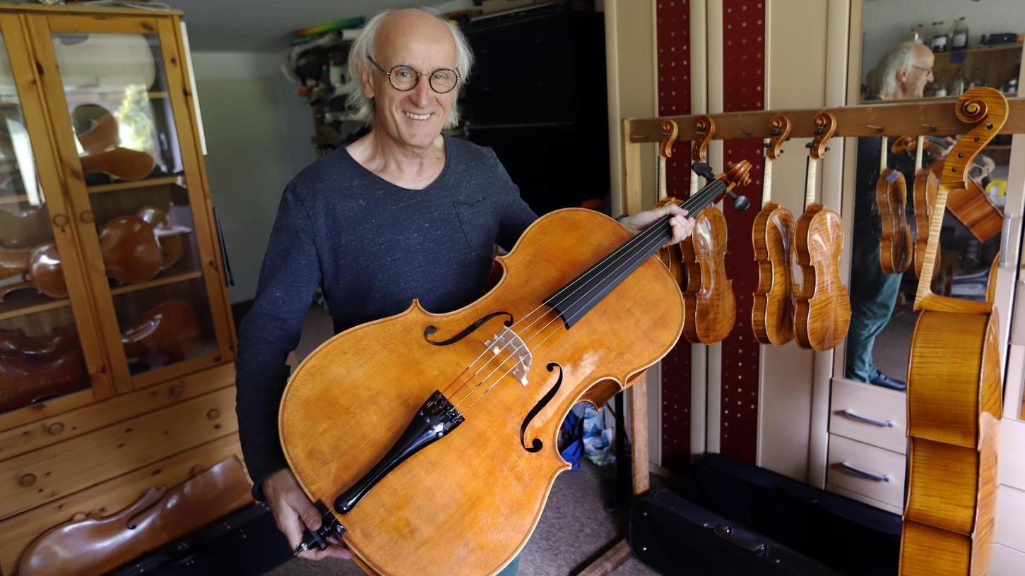 Alfred Binner aus Großenseebach – hier in seiner Werkstatt – baut schon in der dritten Generation Geigen und Celli. Er hat ein besonderes Förderprogramm initiiert.