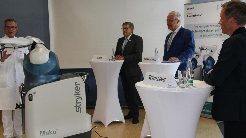 Dr. Mathias Bender (links) erläutert, wie der Operations-Roboter bei einer Knie-Implantation zum Einsatz kommt. Der Mediziner und sein Team erhielten gestern viel Lob von (von rechts) Stefan Schilling, Joachim Herrmann und Helmut Weiß.