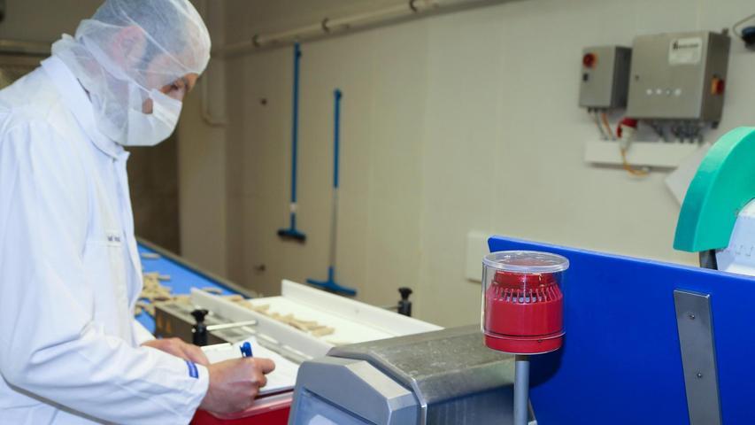 Die Würste sind nun auf dem Weg zur Verpackungslinie. Davor werden sie noch auf metallische Fremdkörper detektiert. Je nach Sorte werden einige Fleischprodukte auch geröntgt.
