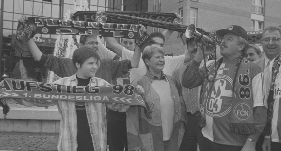 Clubfans auf Schalke: 1998 feierten die Anhänger die Gründung des liberalen Fan und Freundschaftsclubs 1. FCN - FC Schalke, der ehemalige Vizekanzler Jürgen Möllemann (rechts) gab den Ton an.
