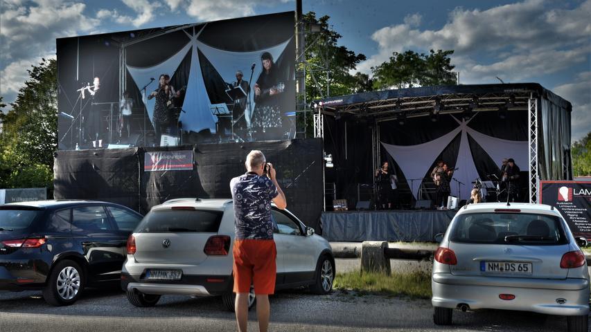 """IM Neumarkter Autokino waren vor den Berngauer """"Fexern"""" auch """"Lawaschkiri"""" aus Regensburg zu erleben, ehe der Film"""