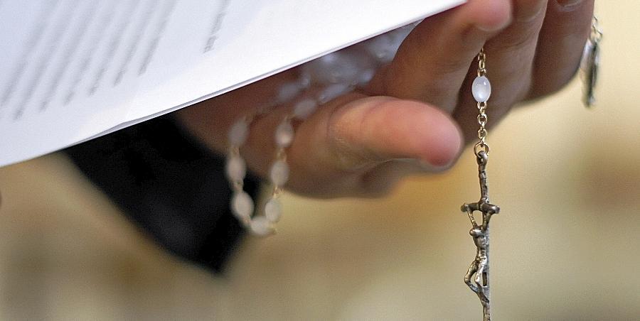 Ein Priester mit Rosenkranz und bischöflicher Erklärung zu den Missbrauchsfällen durch Jesuiten-Pater im Februar 2010: Jetzt steht auch ein Fürther Geistlicher im Verdacht des sexuellen Missbrauchs.