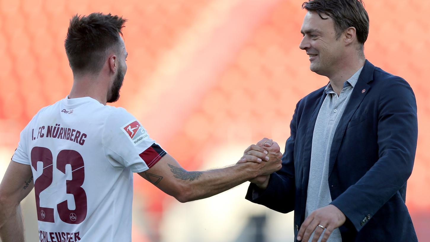 Danke: Robert Palikuca mit Fabian Schleusener, dessen spätes Tor den 1.FC Nürnberg vor dem Abstieg bewahrte.