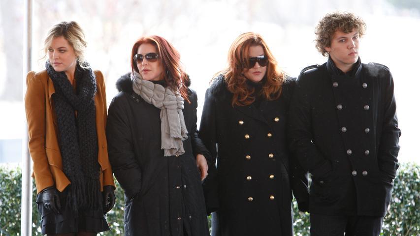 Der Sohn der US-Sängerin Lisa Marie Presley und Enkel von Elvis Presley ist mit 27 Jahren verstorben. Als Todesursache wird Suizid vermutet. Das Bild stammt aus dem Jahr 2010. Benjamin Keough steht neben seiner Mutter Lisa Marie (2.v.r.) sowie Priscilla Presley (2.v.l.) und seiner Schwester Riley Keough (l).