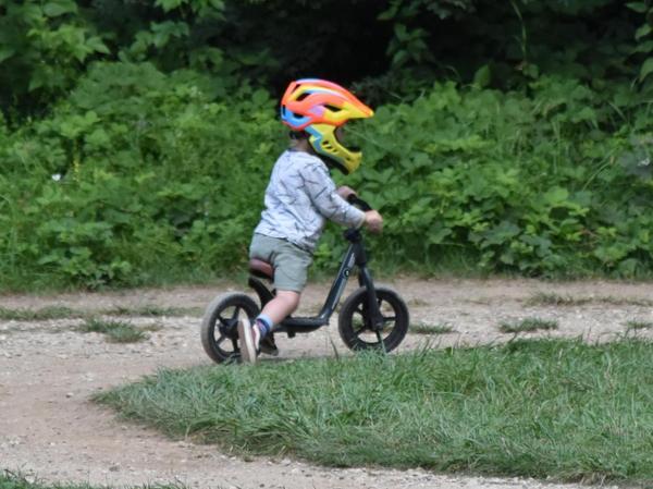 """Während sich nebenan die """"Cracks"""" austobten, drehte der Nachwuchs seine Runden ohne Motor auf den Kinder-Trails."""