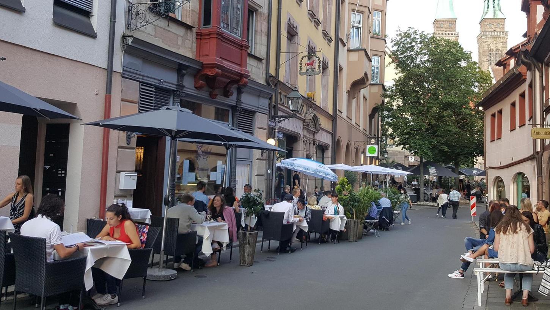 Ist das wirklich Nürnberg? Seit die Autos weg sind, wird in der Altstadt auf der Straße getafelt. Hier ein Blick in die Irrerstraße.