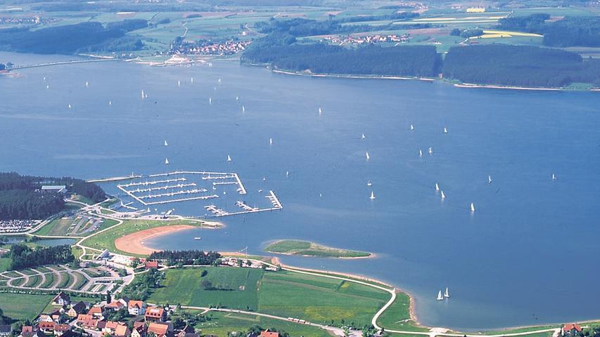 Wenn es lange heiß ist, versorgt der große See das trockene Main-Regnitz-Gebiet mit frischem Wasser. Die Überleitung aus dem wasserreichen Süden in den trockenen Norden Bayerns gab einst den Anstoß für den Bau der Seenlandschaft.