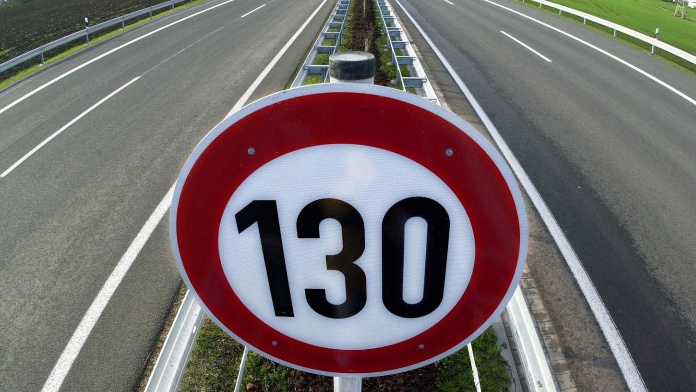 Nur noch Tempo 130 auf Autobahnen, darüber denken die Parteien in Deutschland unterschiedlich.