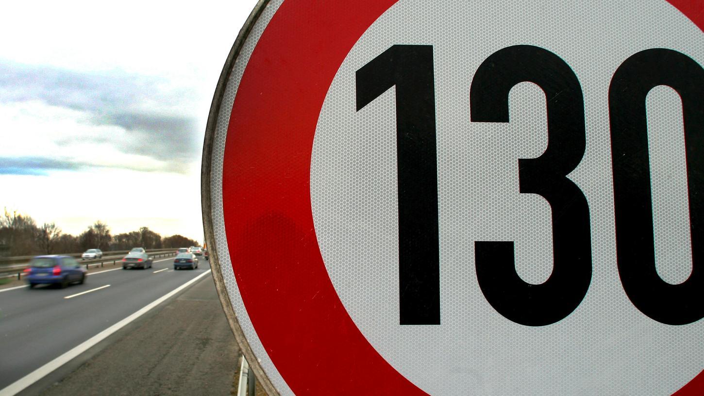 Wenn es nach den Grünen geht, dann soll künftig auf Autobahnen eine Tempolimit von 130 Stundenkilometern gelten.