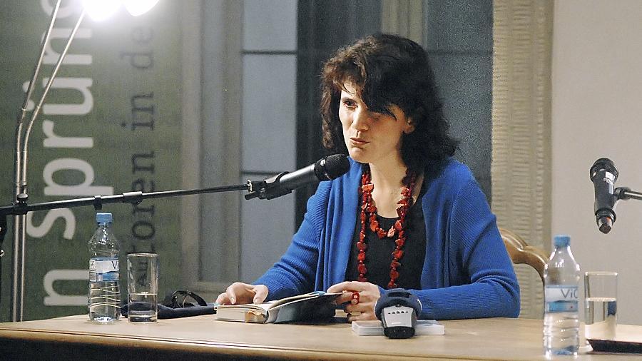 Natasa Dragnic bei der Lesung im Innenhof der Stadtbibliothek.