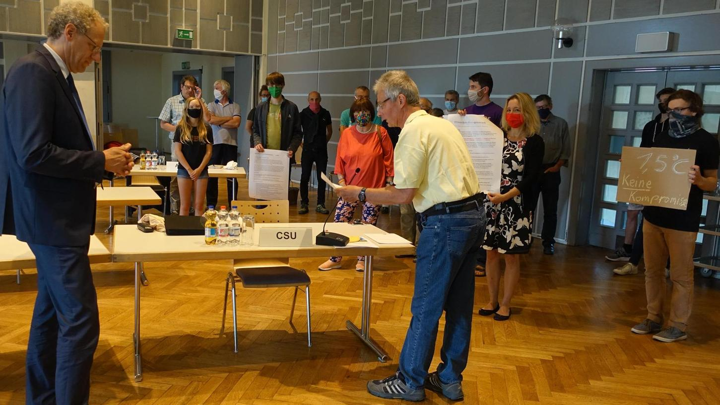 Johannes Kollinger (Mitte) verlas den offenen Brief an den Stadtrat von Herzogenaurach. Übergeben wurde das Schreiben von Agenda 21, Fridays for Future, Parents for Future und der Ortsgruppe des Bund Naturschutz.