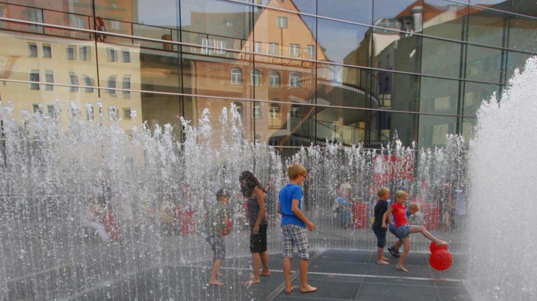 Heuer hat der Wasserspaß keine Chance: Der geplante Auftritt des Jeppe-Hein-Brunnens am Klarissenplatz (Bild) muss ausfallen.