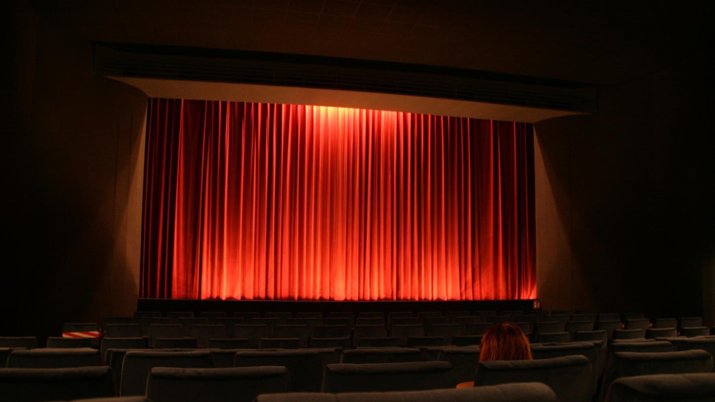 Die Kinos, wie dieses hier in Forchheim, muss die Vorführungen vor fast leeren Zuschauerreihen durchziehen. Denn durch die Abstands- und Hygieneregelungen bleiben viele Reihen leer.