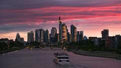 Das Finanzzentrum Deutschlands mit seiner unvergleichlichen Skyline liegt in Frankfurt. Mit einem Glas Apfelwein und einem grandiosen Panoramablick in den Sonnenuntergang schippern. Auch der größte Flughafen Deutschlands ist direkt vom Albrecht Dürer Airport zu erreichen.