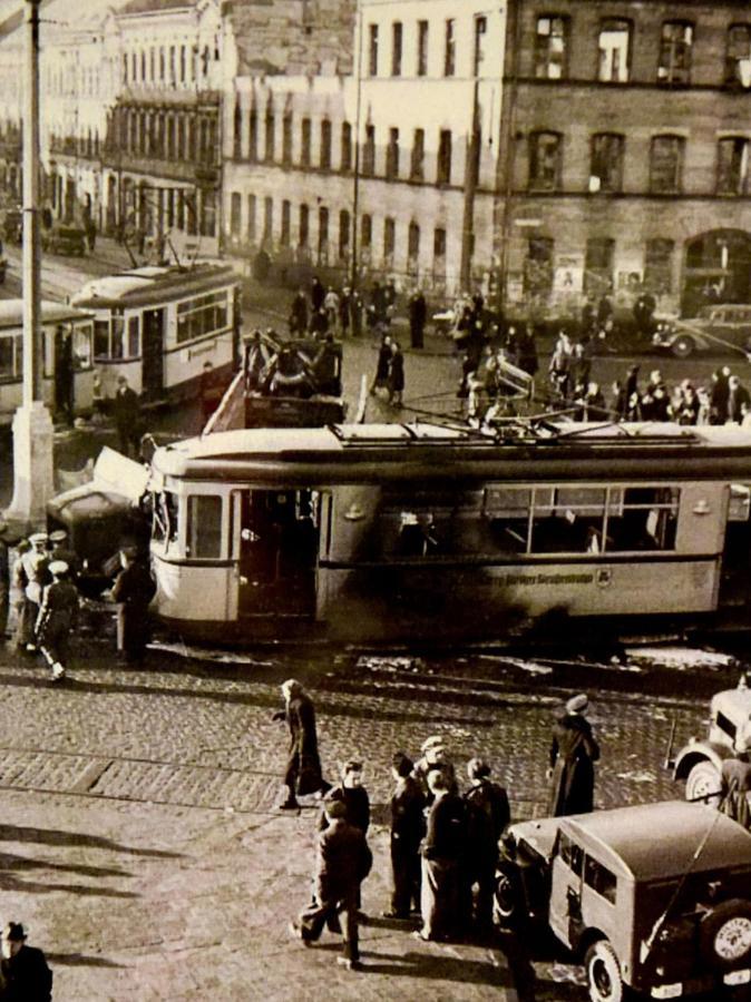 Auch diese Aufnahme vom Zusammenstoß der Straßenbahn mit einem Auto 1948 auf der Fürther Freiheit wurde per Postkarte verschickt.