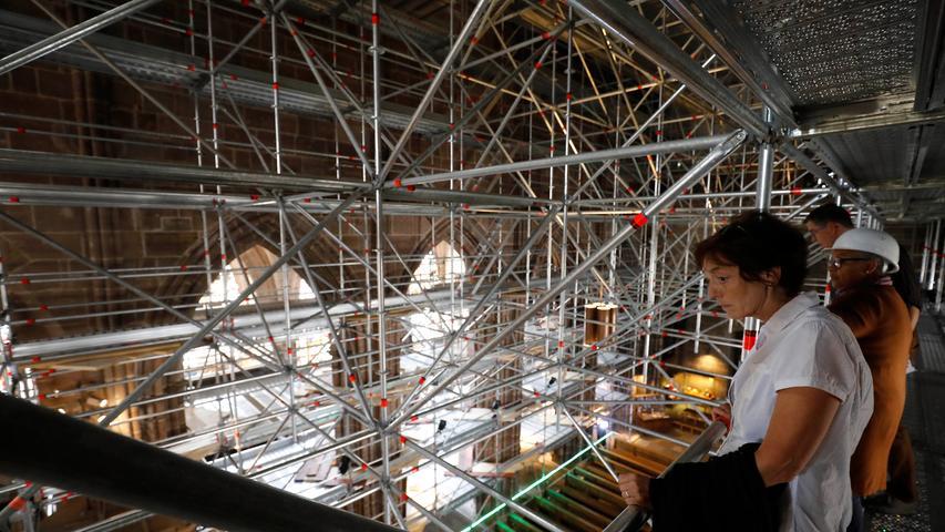 Von der Turmhalle bis etwa zur Kanzel überspannt eine gigantische Konstruktion die Bankreihen im Mittelschiff. Allein die Planung des Gerüsts dauerte mächtig lang...