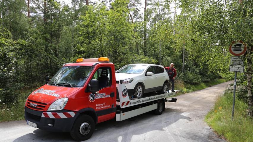 Zu einem schadensträchtigen Auffahrunfall kam es am Mittwochnachmittag gegen 14:00 auf der Staatsstraße 2225 zwischen Wendelstein und Sperberslohe. Der Fahrer eines Nissan wollte in dem dortigen Waldstück auf einen Waldweg einbiegen. Ein darauffolgender Ford aus dem Lkr. Neumarkt übersah dies Augenscheinlich und krachte in das Heck des Nissan. Die beiden Fahrer wurden bei dem Unfall leicht verletzt. Nach Angaben der Polizei erlitten beide Fahrzeuge bei dem Unfall einen Totalschaden. Der Sachschaden beträgt ersten Schätzungen der Polizei mindestens 30.000€. Foto: Pressefotografie Andy Eberlein Mit freundlichen Grüßen Pressefotografie Andy Eberlein 0176/62711676