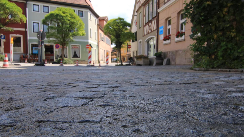 Am Dienstag ist der Bauhof-Trupp mit seiner Fugenmasse über den Kornmarkt gezogen, nächste Woche ist die Kegetstraße an der Reihe.