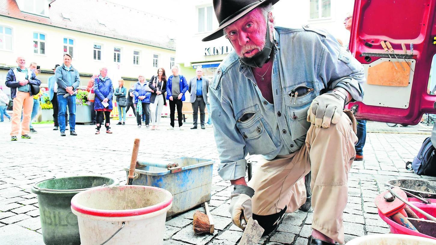 Gunter Demnig bei der Verlegung der Stolpersteine. Zum dritten Mal kam er nach Forchheim. Insgesamt hat er schon rund 72 000 von diesen besonderen Erinnerungsobjekten in den Boden eingebaut.