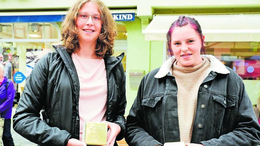 Mia Kreßmann und Olivia Sauerborn (re.) vertraten die Klasse 9D der Georg-Hartmann-Realschule. Die Klasse hatte die Lebensläufe der geehrten Juden recherchiert, so weit es noch Daten gab.