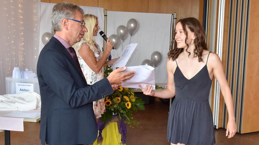 Schulleiter Gerhard Nickl überreichte die Zeugnisse in der Aula.