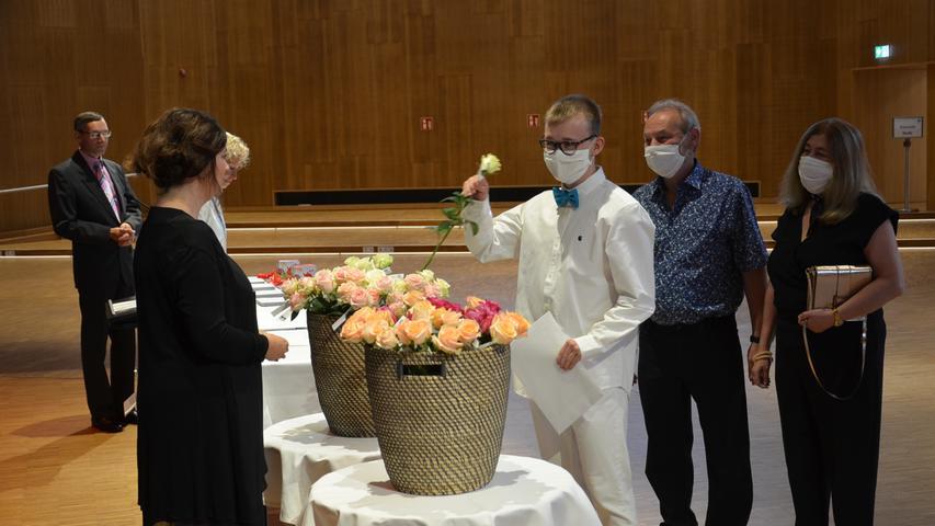 Ohne Ball und mit Mundschutz: Abiturfeier in Corona-Zeiten