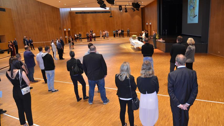 Abiturfeier 2020 Stadthalle Gunzenhausen In der leergeräumten Stadthalle nahmen 87 Abiturienten des Simon-Marius-Gymnasiums ihre Abschlusszeugnisse entgegen. Die Zeremonie wurde, um die Abstandsregeln einhalten zu können, in vier Etappen abgehalten. 17. 7. 2020 Foto: Jürgen Eisenbrand