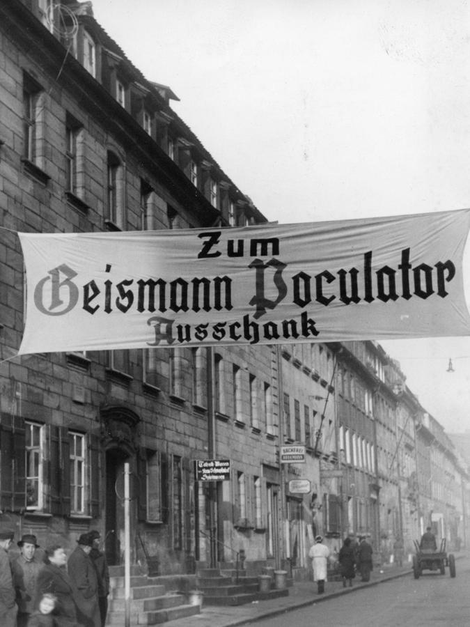 """Ein Transparent weist 1953 auf das Starkbierfest im Geismannsaal hin, wo der Doppelbock """"Poculator"""" in Strömen fließt."""