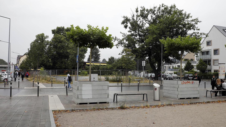 Noch kein Schmuckstück ist der Bielingplatz in St. Johannis – auf dem Grundstück gegenüber, das eingezäunt ist, könnte auch eine Quartiersgarage entstehen.