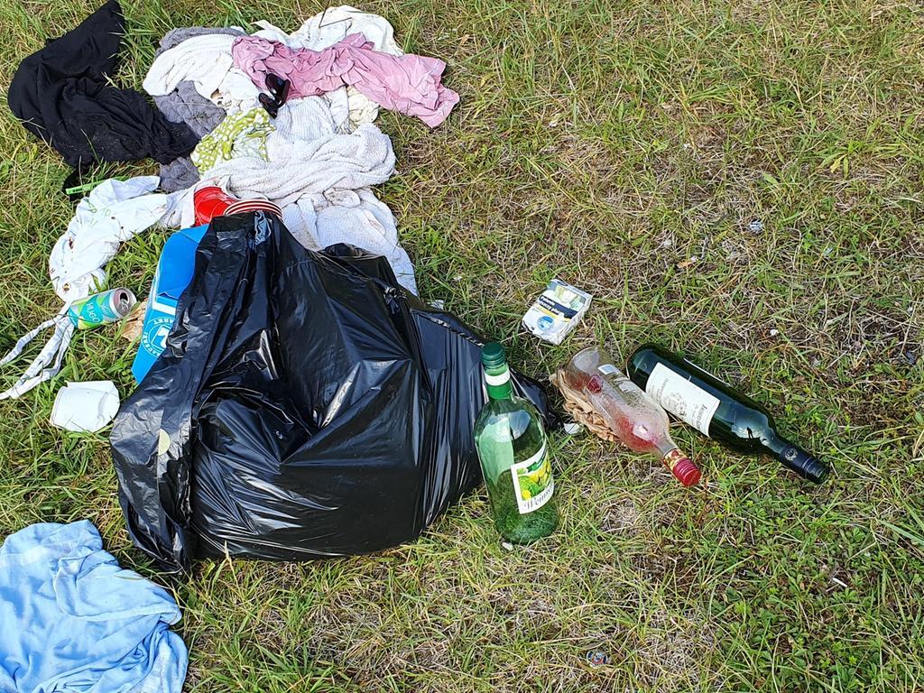 Motiv: Müll am Baggersee, Foto: Wolfgang Fellner, Ort: Sengenthal, Datum: 18.07.2020