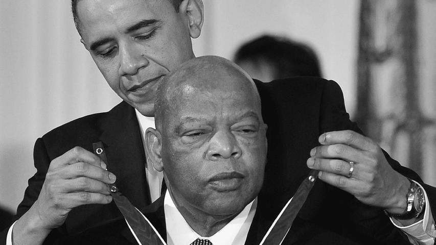 Der US-amerikanische Bürgerrechtler John Lewis starb im Alter von 80 Jahren an Bauchspeicheldrüsenkrebs. Er hatte sein Leben lang gegen Rassismus in den USA gekämpft, unter anderem auch an der Seite von Martin Luther King.