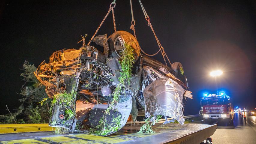 Zu einem schweren Verkehrsunfall kam es am späten Samstagabend (18.07.2020) auf der Bundesautobahn 3zwischen Altdorf/Burgthann und Oberölsbach. Der Fahrer eines VW Golf war gegen 22:30 Uhr in Richtung Passau unterwegs, als er aus bislang noch unbekannter Ursache mit seinem Fahrzeug nach rechts von der Fahrbahn abkam und eine Böschung hinab schlitterte, bevor es sich überschlug und auf dem Dach in einem Gebüsch zum Liegen kam,Während sich der verletzte Fahrer noch selbstständig aus dem Wrack retten konnte, befreiten Ersthelfer den schwer verletzten Beifahrer und versorgten diesen bis zum Eintreffen der Rettungskräfte.Ohne dasbeherzte Eingreifen der vorbeifahrenden Unfallzeugen, hätte dieses Unglück gar noch wesentlich tragischer enden können.Denn diese hatten der Einsatzzentrale den Unfallort mittgeteilt, der von der Fahrbahn aus, fast nicht sichtbar war.