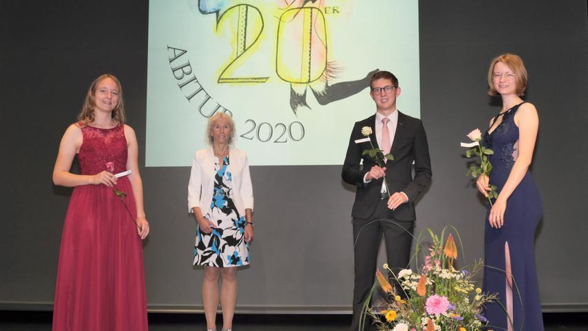 Direktorin Susanne Weigel mit den Jahrgangsbesten Emma Lemberger (rechts), Lea Ketterle und Tim Kühleis, die alle drei die Traumnote 1,0 schafften.