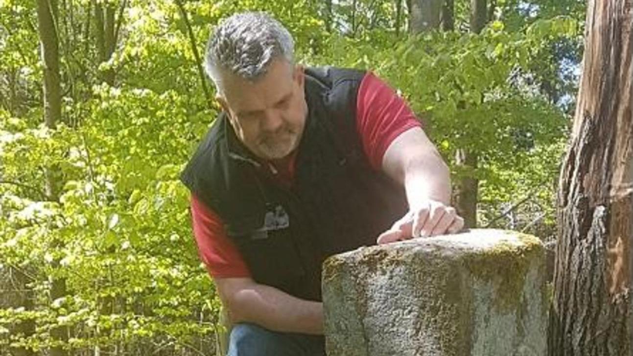"""Jürgen Nickel aus Zirndorf spürt in seiner Freizeit Grenzsteinen nach, ist auch Initiator des privaten Forschungsprojektes """"Historische Grenze""""."""