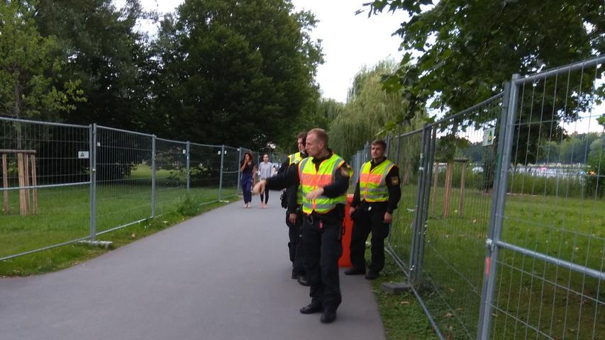 Von den Beschränkungen im Zuge derCorona-Pandemie sind auch Freizeit-Aktivitäten betroffen. Wie hier im Bild zu sehen ist, kontrolliert die Polizei am Wöhrder See bei Nürnberg, dass die Abstandsregel und Absperrungen eingehalten werden.Auch Fitnessstudios, Vereine und Urlaub sind im