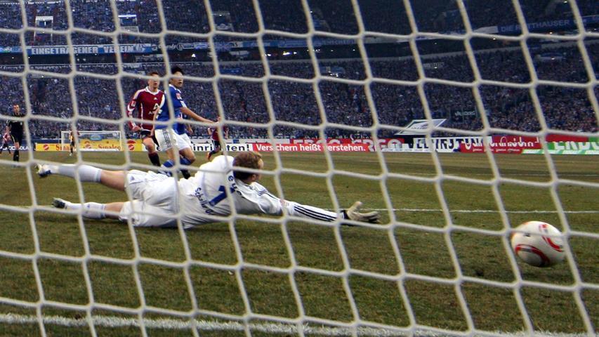 Das 1:0 für den Club: Jens Hegeler schiebt ein, Manuel Neuer ist ohne Chance.