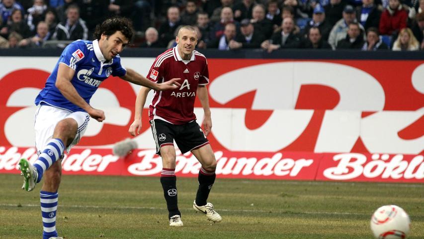 Typisches Raul-Tor: Der Schalker trifft mit diesem Schuß zum 1:1 Ausgleich.